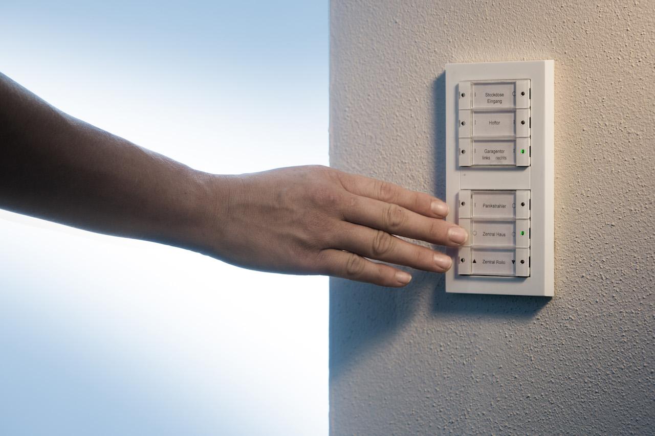 """Verlässt das Paar ihr Heim, drücken sie einfach den Taster """"zentral aus"""" und das Licht im gesamten Haus erlischt, zusätzlich werden Kochfeld und Ofen deaktiviert ein schönes Gefühl von Sicherheit"""