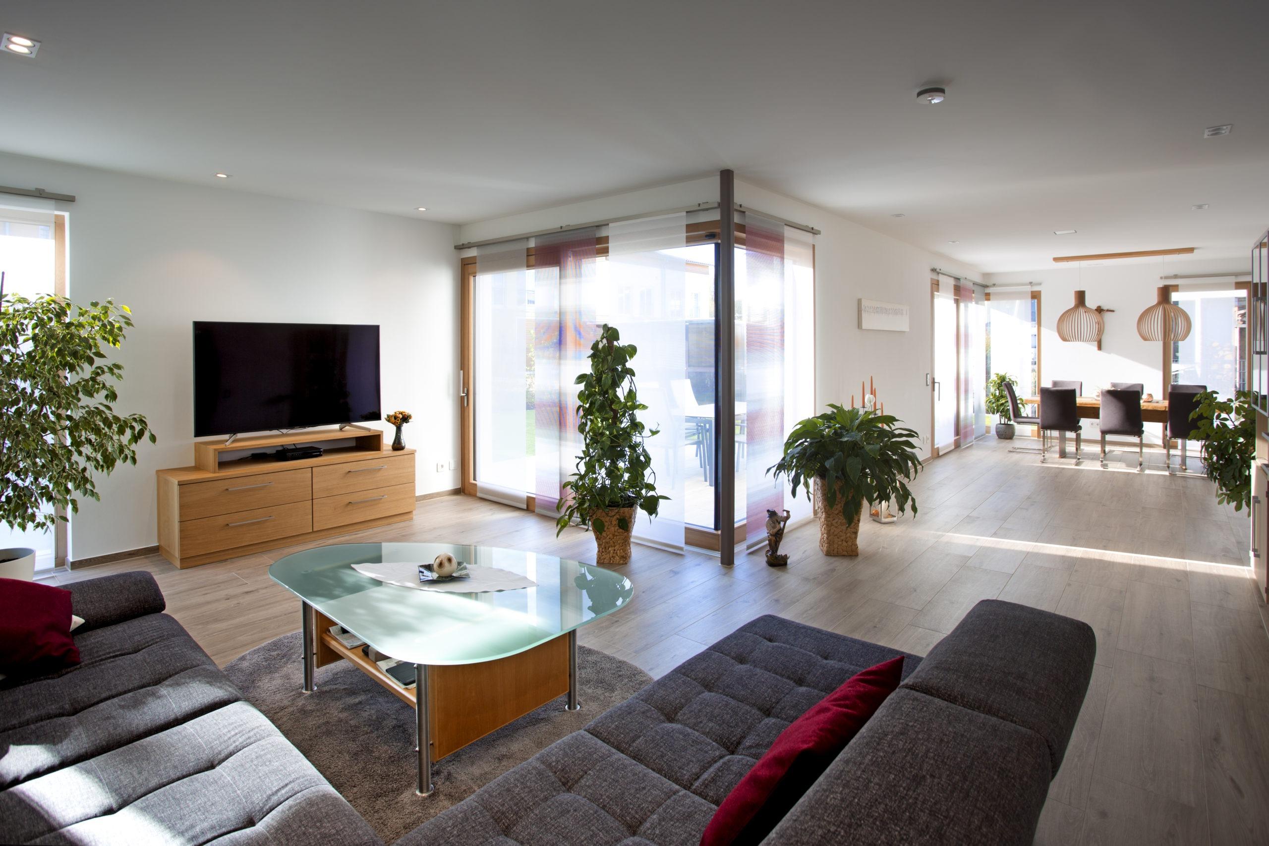 Die Räume im Erdgeschoss gehen offen ineinander über, durch den Grundriss über Eck bilden sie trotzdem separate Bereiche