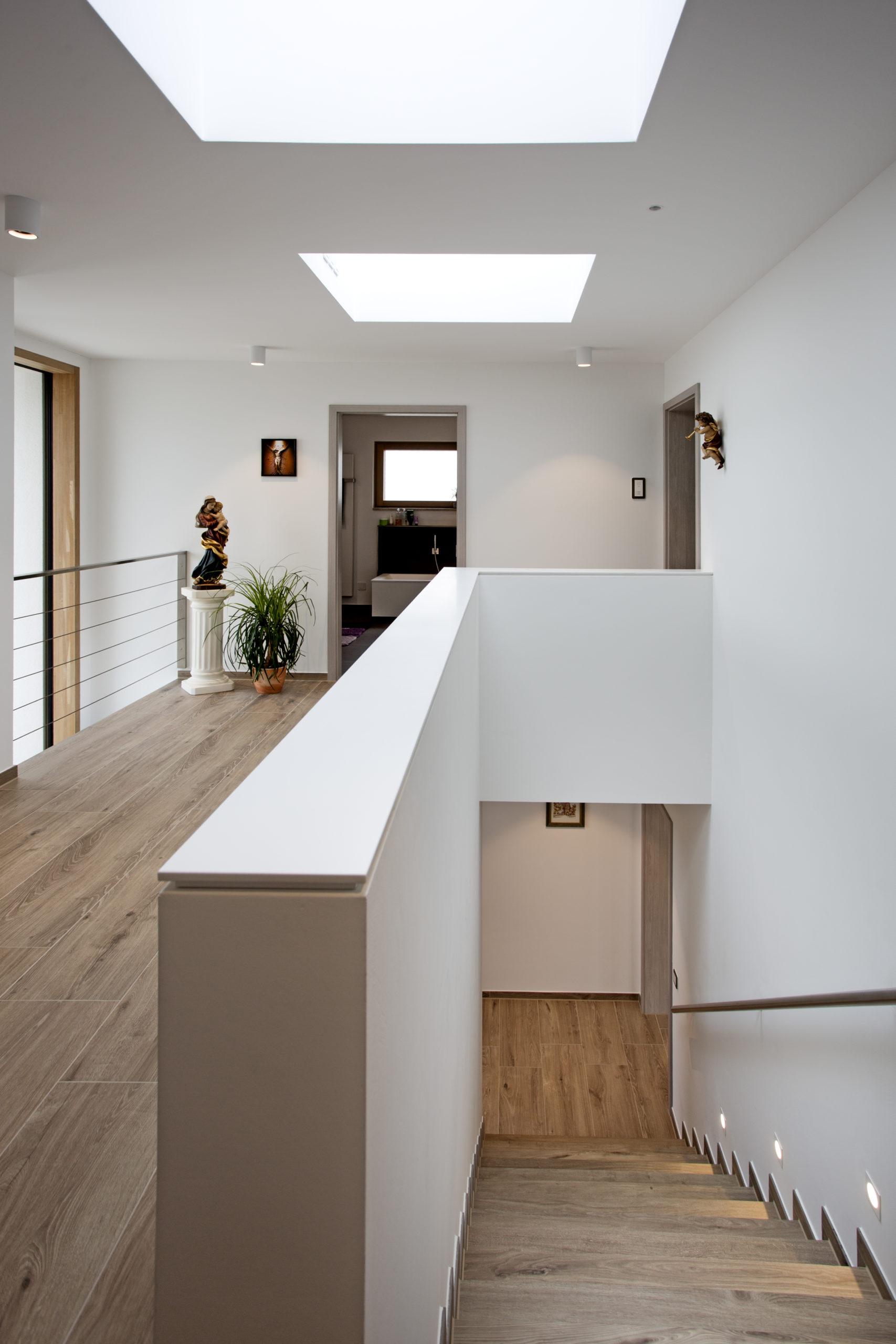 Das Treppenhaus wird mehrfach belichtet – mit Dachfenstern und der Glasfläche, die sich über dem Eingang bis ins Obergeschoss zieht