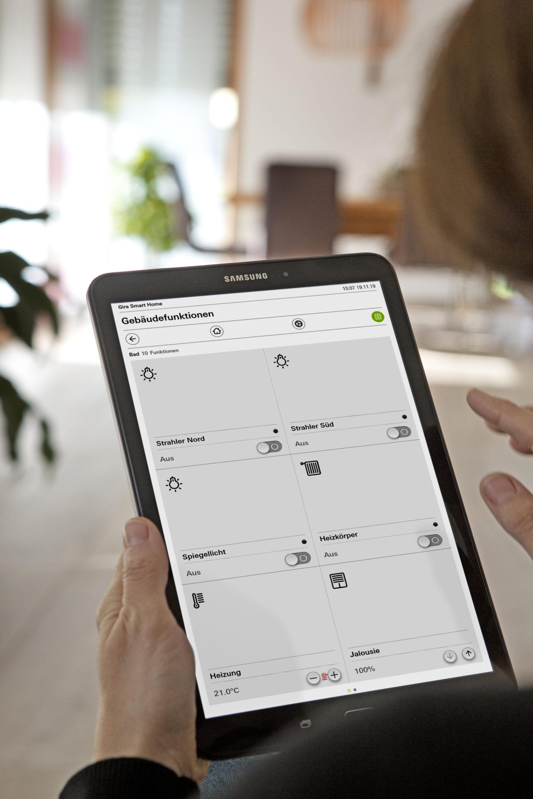 Das Haus ist ein intelligent vernetztes Smart Home: Ein KNX-System integriert Heizung, Lüftung, Beleuchtung und Jalousien. Umfassend bedient wird über die Gira Smart Home App auf dem Tablet oder Smartphone