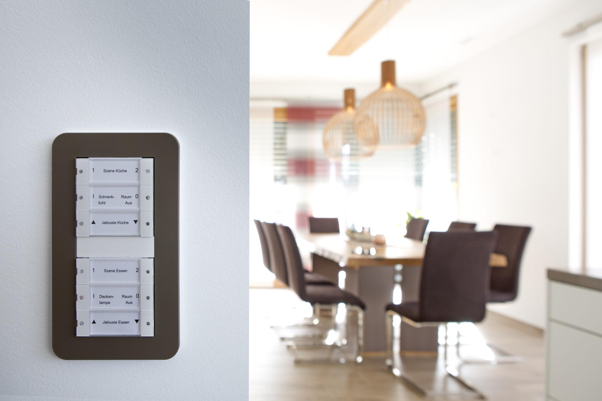 Auf Tastsensoren im Schalterdesign Gira E3 sind komplexe Lichtszenen abgelegt und die Jalousien können bedient werden – einfach per Tastendruck. Auch optisch passt das Schalterprogramm in Umbra und mit seiner seidenmatten Oberfläche bestens ins Ambiente