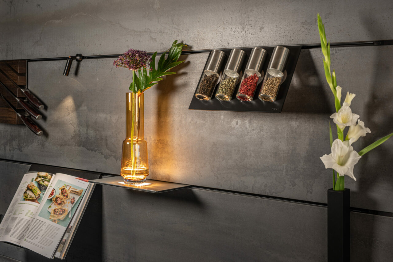 Ob Küche, Bad, Büro oder Schlafzimmer, eine modular mit Elementen wir Ablagen und Regalen bestückbare Wand hat an sich schon ihren Charme. Bei Lechner hat man das Thema noch weitergedacht und die Schienen zum Einhängen der diversen Accessoires elektrifiziert.